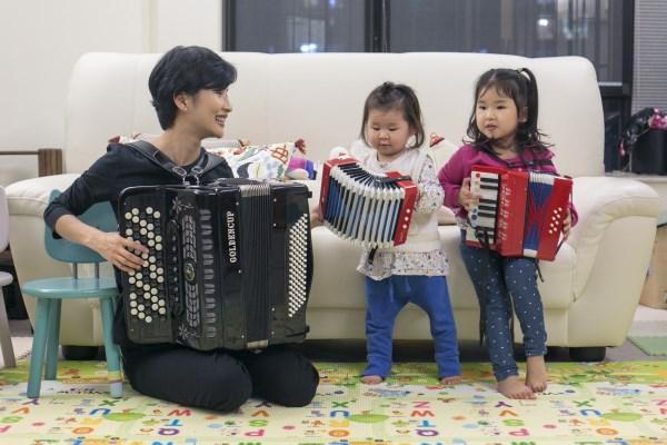 自言生活中不能缺少音樂的Theresa,近年學習手風琴令兩個女兒對這種樂器產生了興趣。