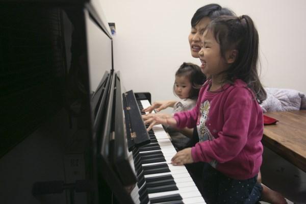 身為衛生署微生物科實驗室的醫生,工作繁重需要高度集中。本身有兩個幼女的Theresa,將音樂作為一種母女的親子活動。