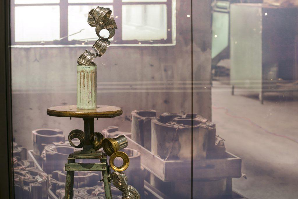 Tiffany Blue,又稱「廁所綠」,是駱駝牌暖水壷的經典款式。背後的窗貼圖案是原來3樓廠房的噴油模具空間。