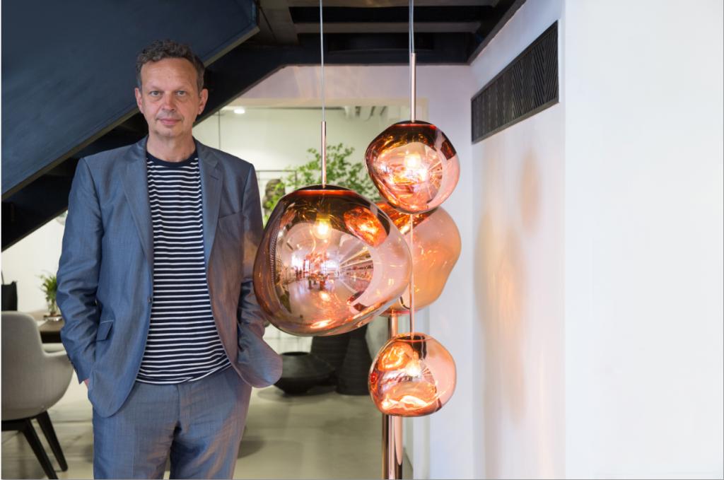 Tom Dixon是一個和藹的產品設計師,與他的型格工業家具產品有極大反差,身旁是他設計的Melt吊燈。