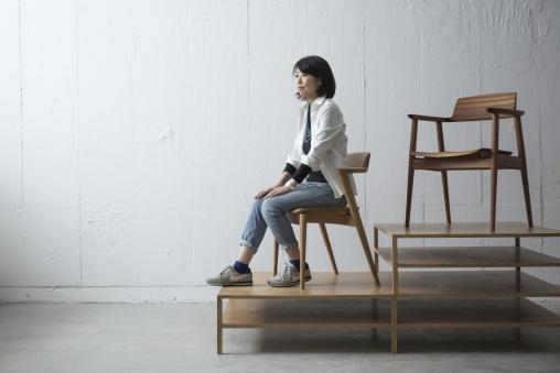 岡田明子自小看着父親在工場裏忙,不斷在曲木工藝上創新,也立志要承繼父業。