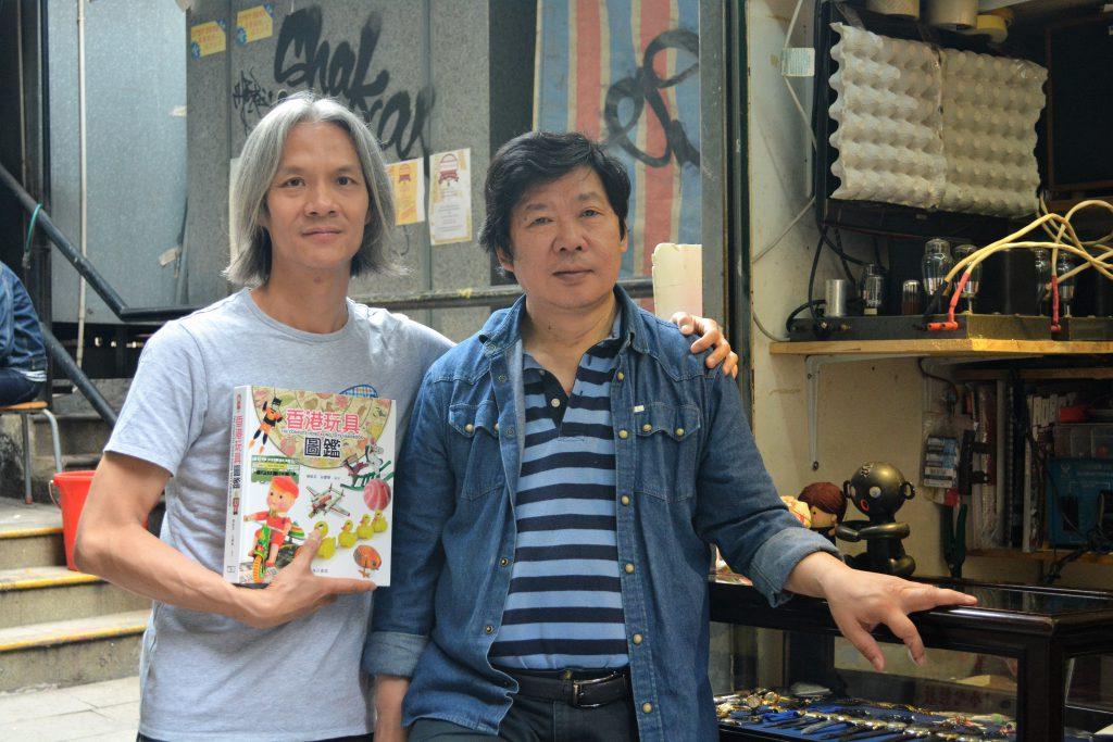 《香港玩具圖鑑》的作者,資深玩具收藏家莊慶輝(左)及楊維邦(右)。