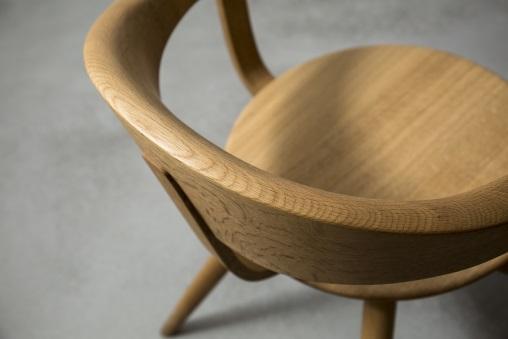 曲木傢俬在日本已有百年歷史,其線條圓潤柔和,此張以橡木製作的Yanagi Arm Chair扶手與椅背一體成形,製作難度很高。