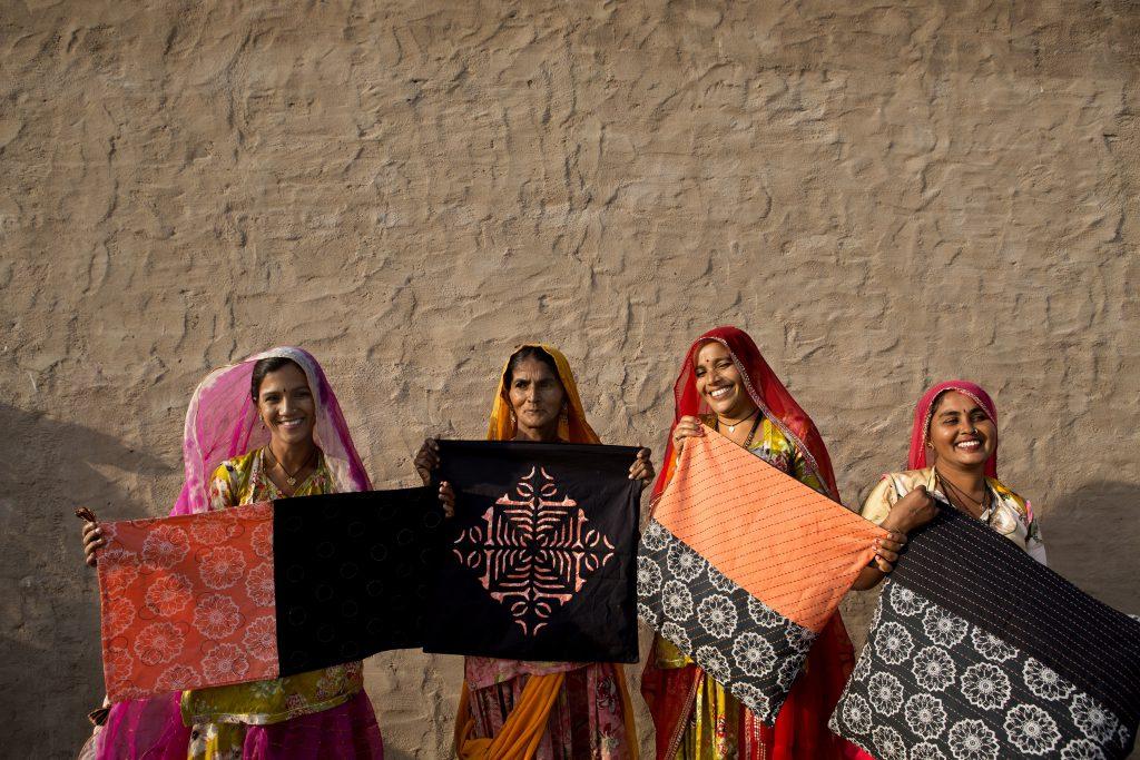 雖從未離開家鄉,這些印度婦女巧手製作的家品,卻得以遠銷海外。