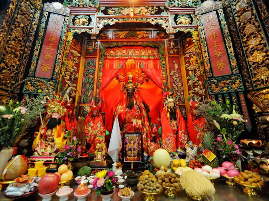 相傳寶珠潭旁獅山與虎山爭奪寶珠,為保鄉民平安,故建造此供奉侯王的廟宇。