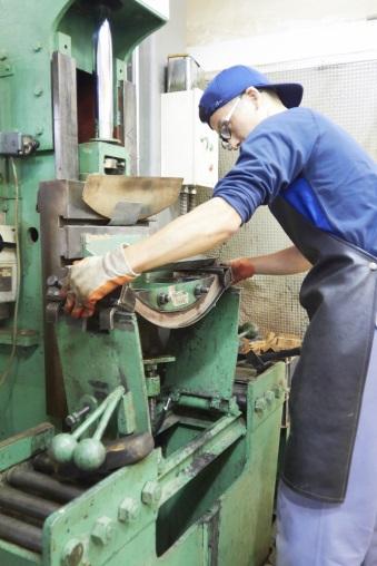 由於每塊木材都不一樣,尤其是軟身的杉木容易斷裂,工匠要懂得因材施力, 決定蒸煮溫度、時間及施壓力度。(受訪者提供相片)