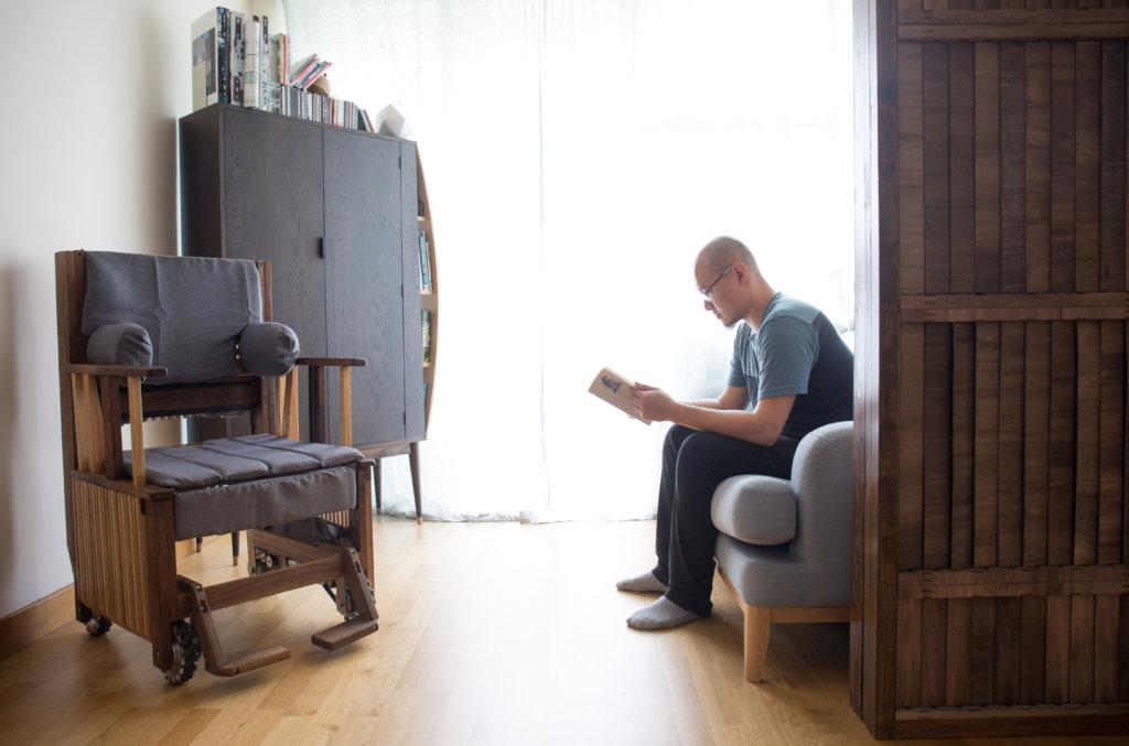 「隨席」輪椅主要作室內使用,外形如木製梳化椅,比一般電動輪椅小巧,方便進出餐廳、升降機。