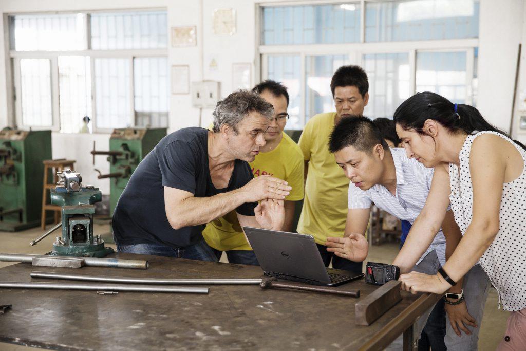 Piet Hein Eek的設計團隊經常走入廠房,和工人直接交流意見,完善設計方案。