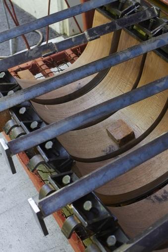將實木以高溫蒸煮後,以機械及人手壓成孤形薄木材,厚度減少了七成,卻更堅固耐用。(受訪者提供相片)