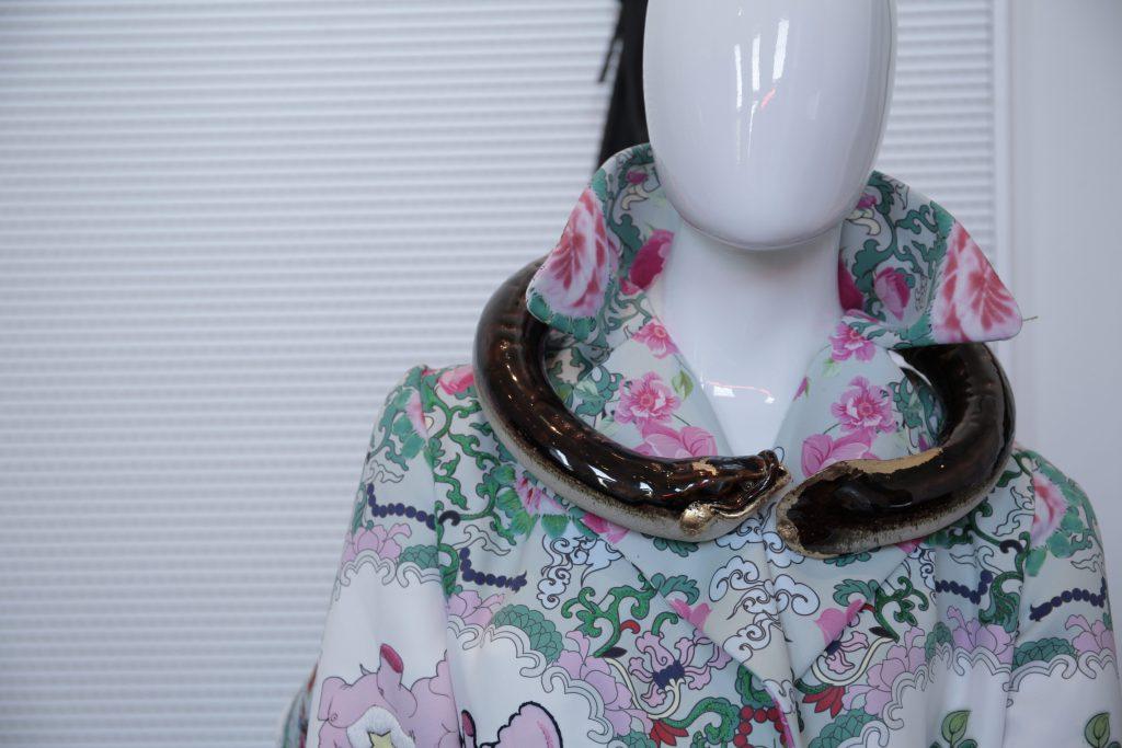 盧聲前設計出可隨時變身營帳的外套,並採用廣東彩瓷工藝。