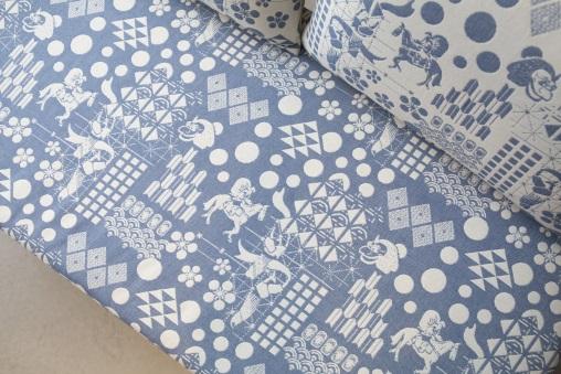 早前飛騨産業與英國紡織品牌Safomasi合作,推出藍白色的和式圖案櫸木梳化。