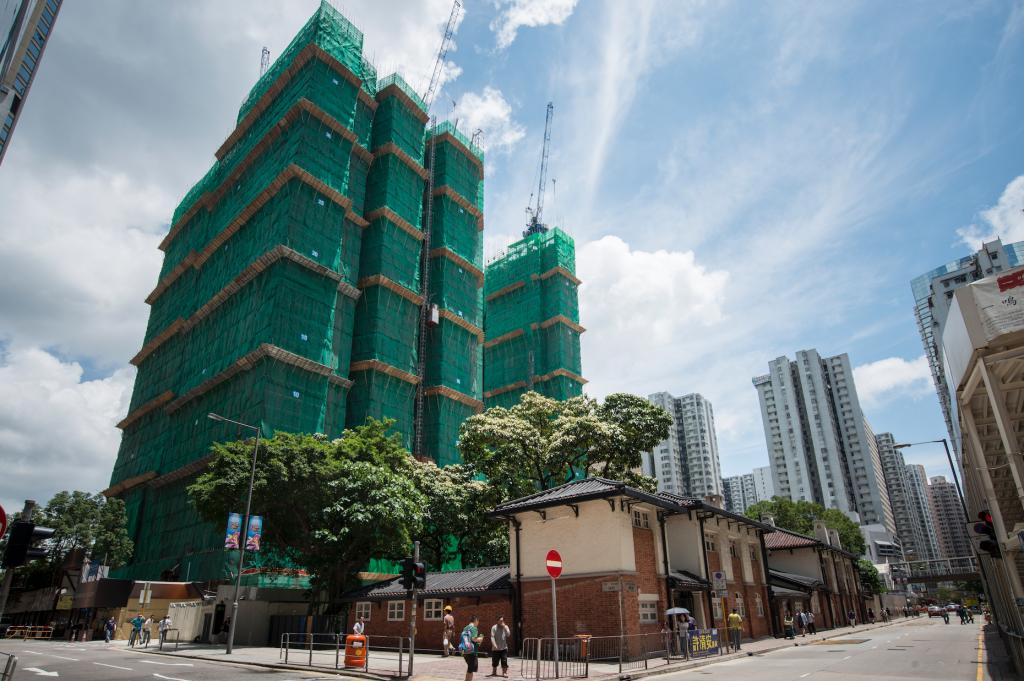 自2012年起地產商以低價購入油街外的空地,「油街實現」附近皆是正在興建的高樓。