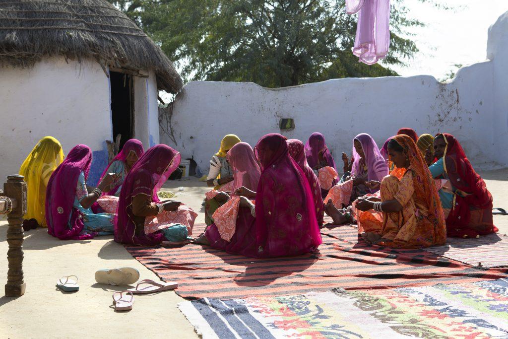 因應當地的社會環境和風俗,Rangsutra的小型工場,令這些印度婦女能夠在家附近工作。