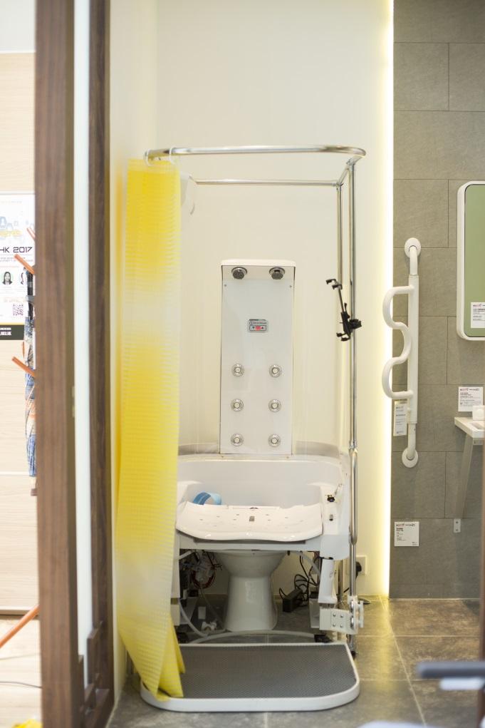 本地研發的Sit & Shower洗澡裝置,用家可以坐着洗澡,減少照顧者負擔。