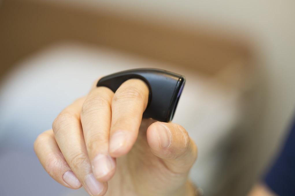 指環每次充電都可使用一星期,放回小巧的充電座時,數據便會自動儲存在雲端,醫生可以查看紀錄。