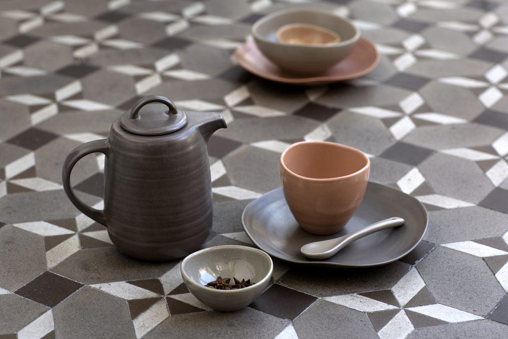 手工製作的茶具、盤子、水壺和各種食具,呈現出溫暖自然的色調。