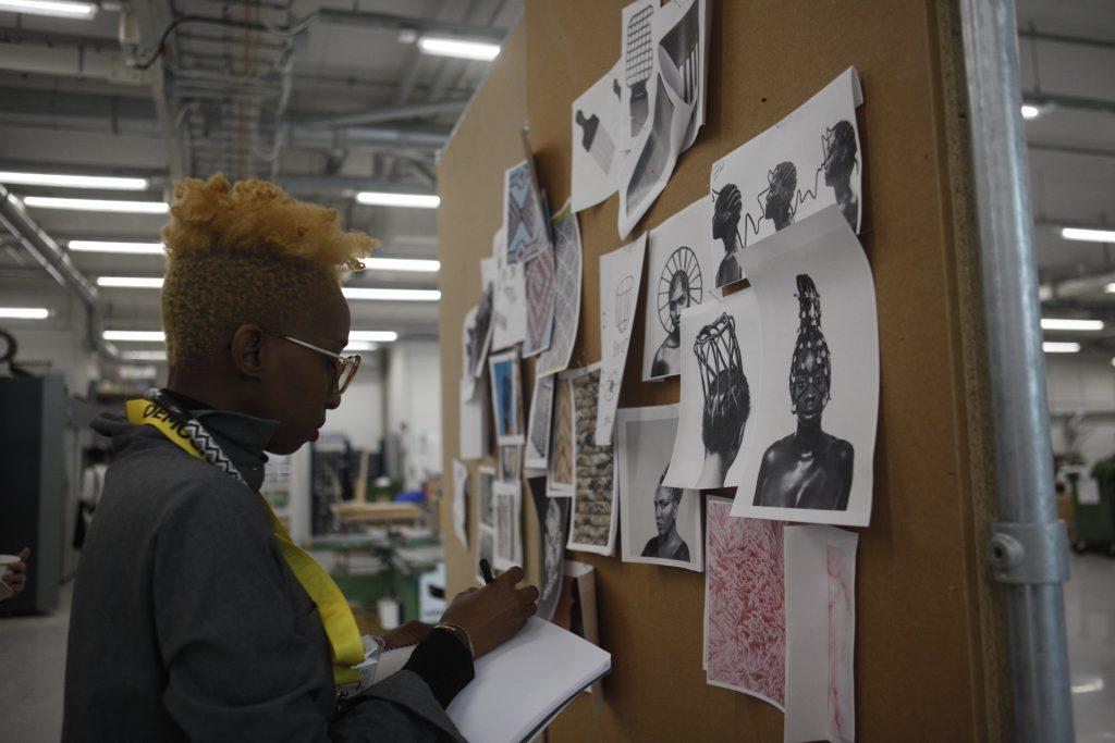 在瑞典IKEA總部,來自塞內加爾時裝設計師Selly Raby Kane正在整理她的創作構思。