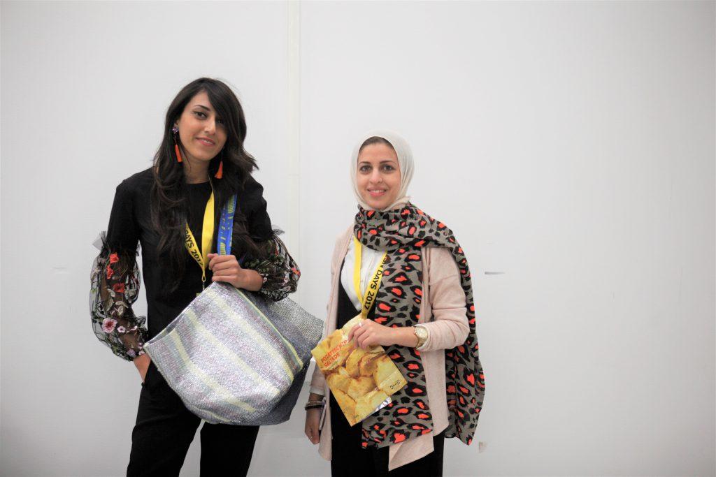 埃及設計師Mariam Hazem(左)及Hend Riad(右),利用廢棄薯片袋設計出全新的FRAKTA購物袋。