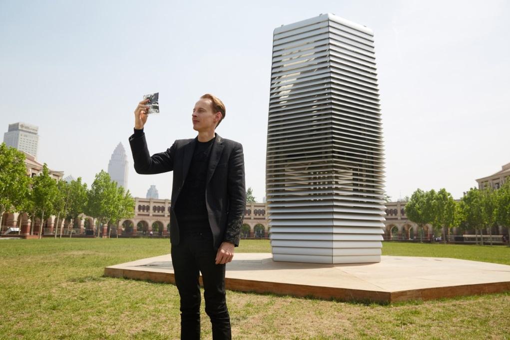 Daan Roosegaarde曾獲福布斯評為百強革新創意者,經常與科學家合作研究,以科技改善社會。