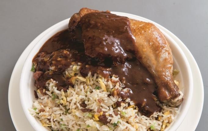 黑椒汁炸雞髀跟生炒牛崧飯底,百客百味,想得出,做得到,從不約定俗成。
