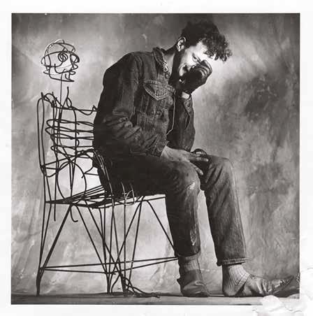 他早期以設計椅子為主,圖中是他坐在其中一張椅子Anthropomorphic Chair之上的自拍照。