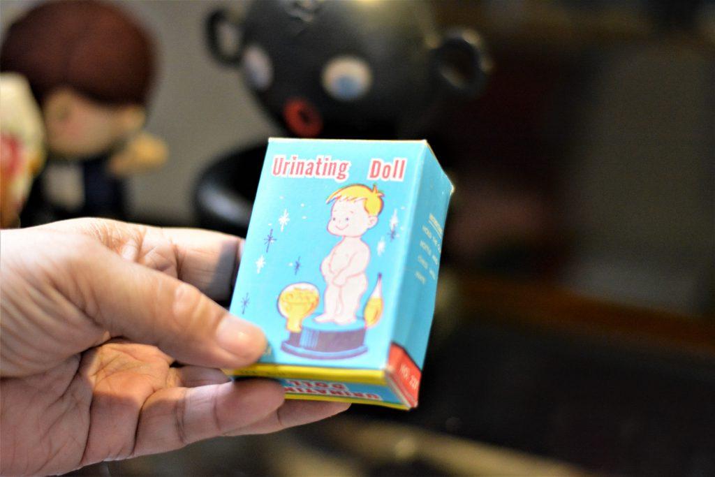 由本地廠商生的塑膠小便公仔,原型是比利時的小便童像。