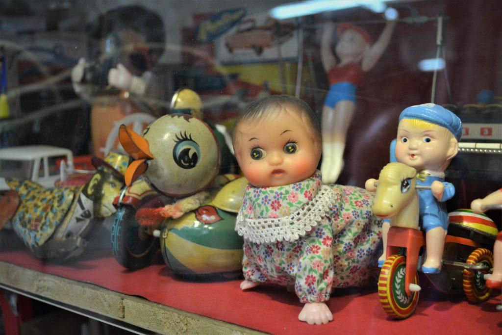 店中展示的公仔、玩偶造型各異,只是收藏的一小部分。