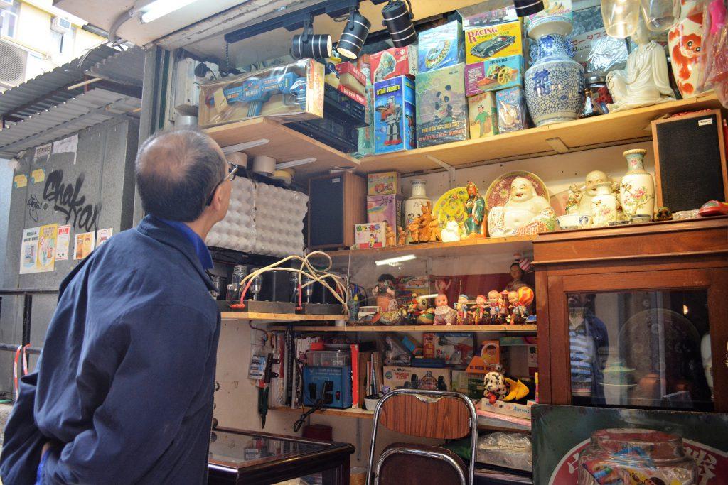 莊慶輝的「幸福玩具店」地方不大,放滿了各式懷舊玩意,經常引起人們駐足細看。