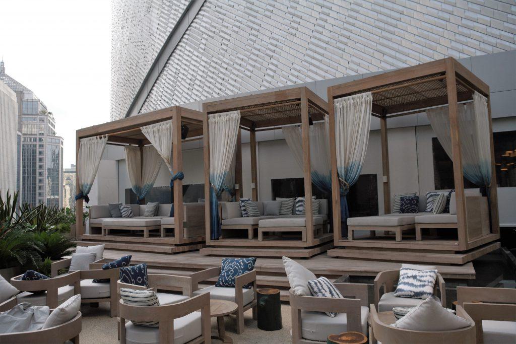 戶外酒吧受泰國度假村啟發,以蔚藍池色及白橡樹為主調。