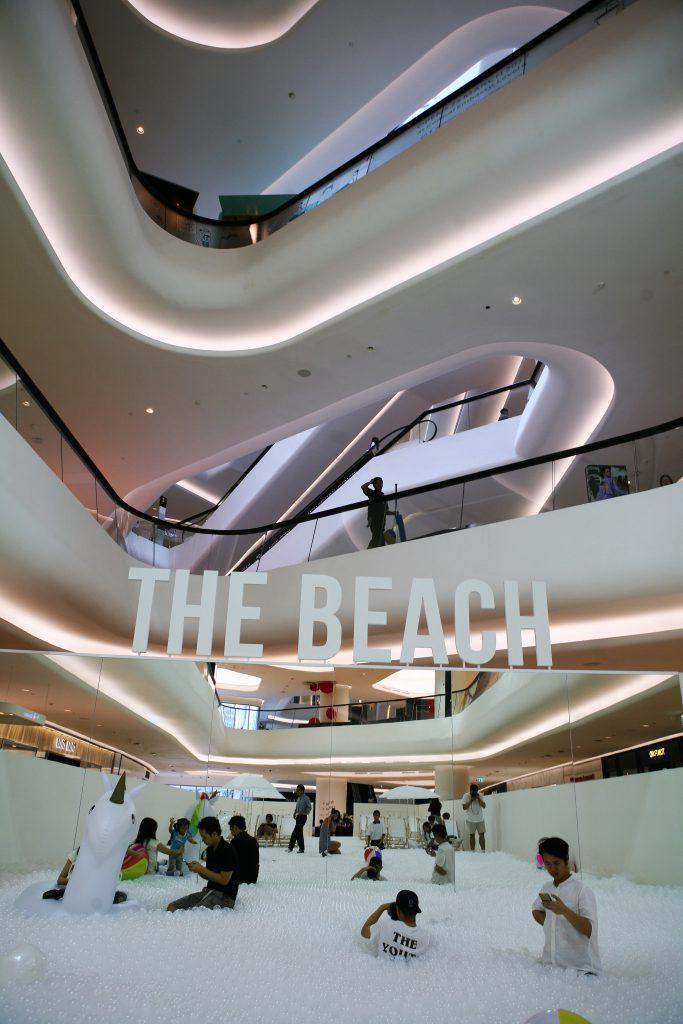 廣場地下中庭放置互動藝術作品The Beach,讓人們與二十五萬個可回收的白色抗菌膠球盡情嬉戲,由建築設計工作室
