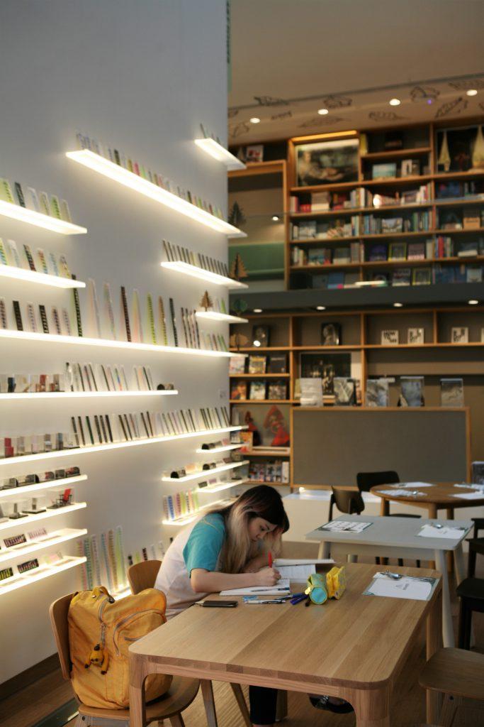 書店與餐廳沒任何區分,學生找個位即可溫書,背後藝廊正展出日本藝術家的間尺作品。