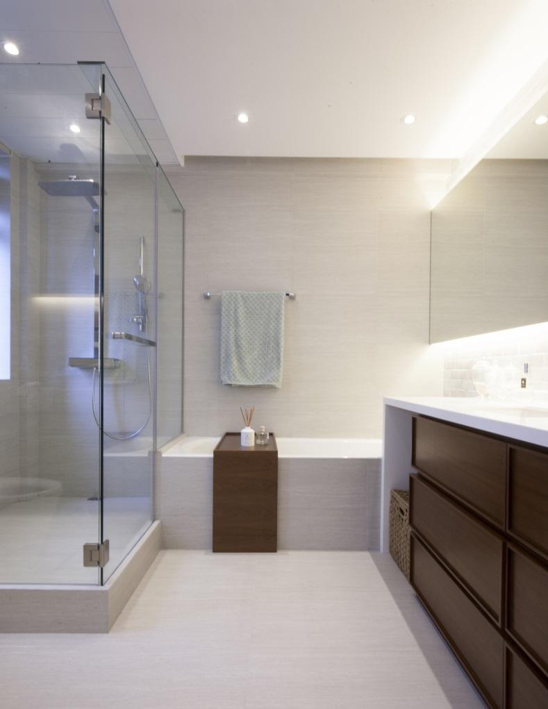 浴缸上加有木板座椅,安全之餘,不會令用家覺得難堪。