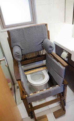 輪椅可以倒後進入廁所,安放在馬桶上,椅背及扶手能升起,自動扶起用家如廁。