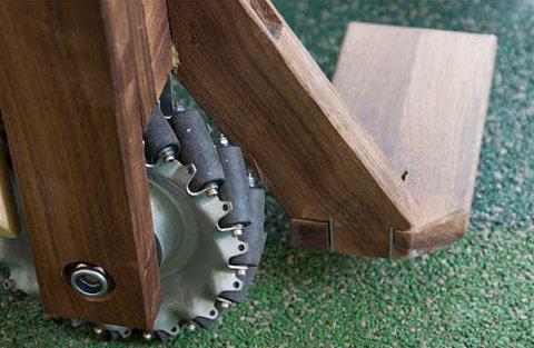 車輪設計特別,可以前後左右和打斜行,即使狹小空間也可轉向自如。