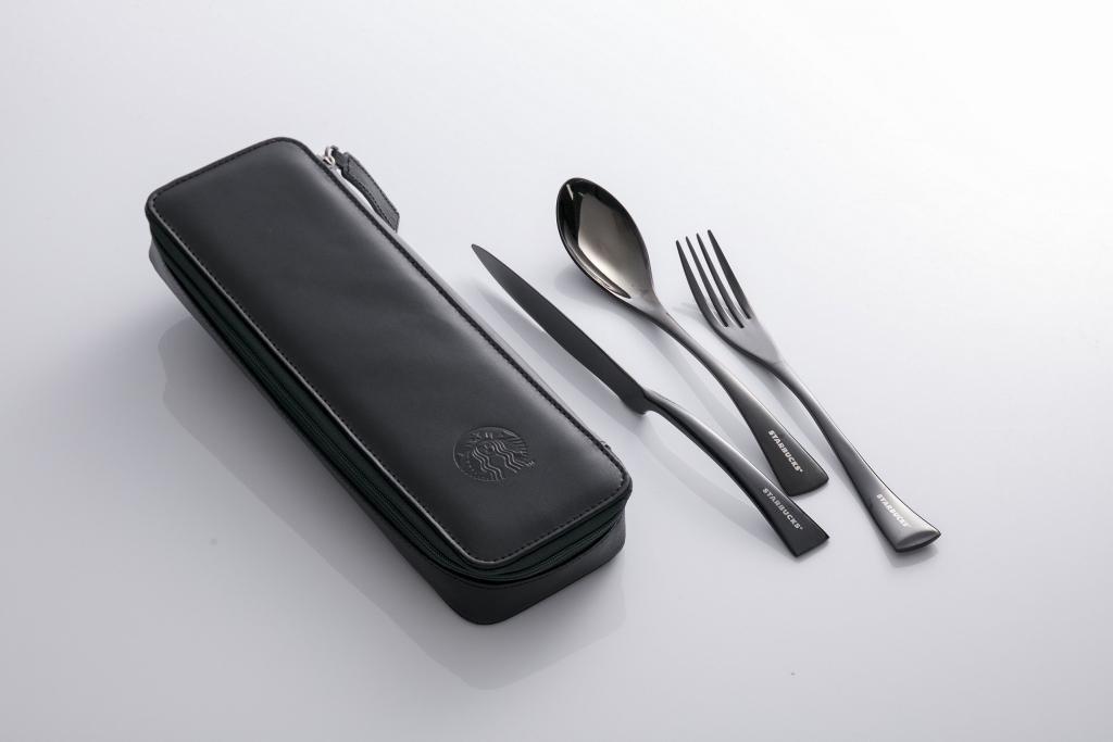 餐具純黑色調簡約,其波浪形設計象徵與海洋的連繫。
