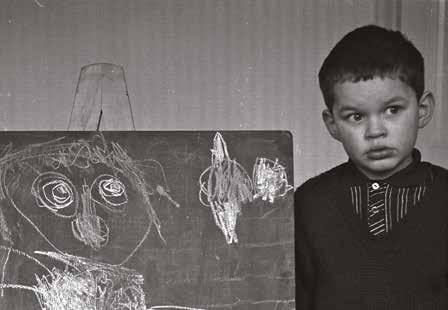 他二十多歲時從藝術學院中途輟學,因為不想被灌輸什麼該不該做。圖為兒時上繪畫班時的相片。