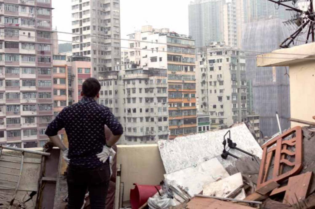 訪問當日,黎文浩義務協助 天台戶清理垃圾。