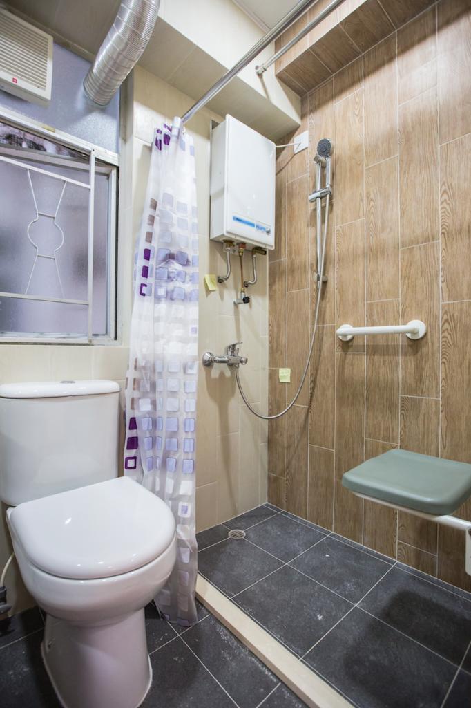 夾心長者最常見的要求是裝修廁所,以企缸代浴缸,換上防滑地磚、安裝扶手、浴室寶等。