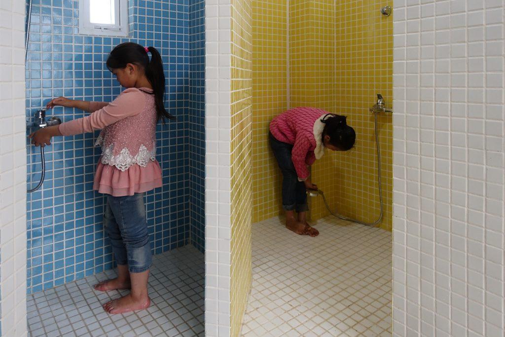 淋浴間用上色彩明亮的馬賽克磚,營造親切感。