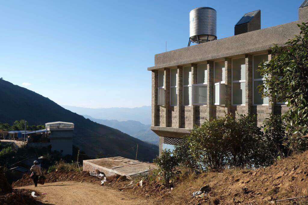 衞生站樓高兩層,建築面積170平方米,沿山坡依校舍而建,今年四月正式完工。