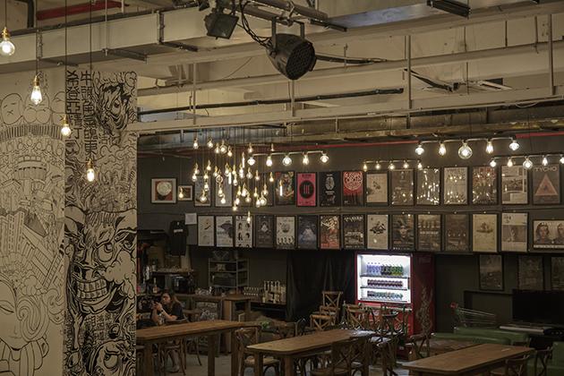 新一代的HA牆上掛滿了樂隊的簽名海報,反映了場地與音樂人之間的關係。