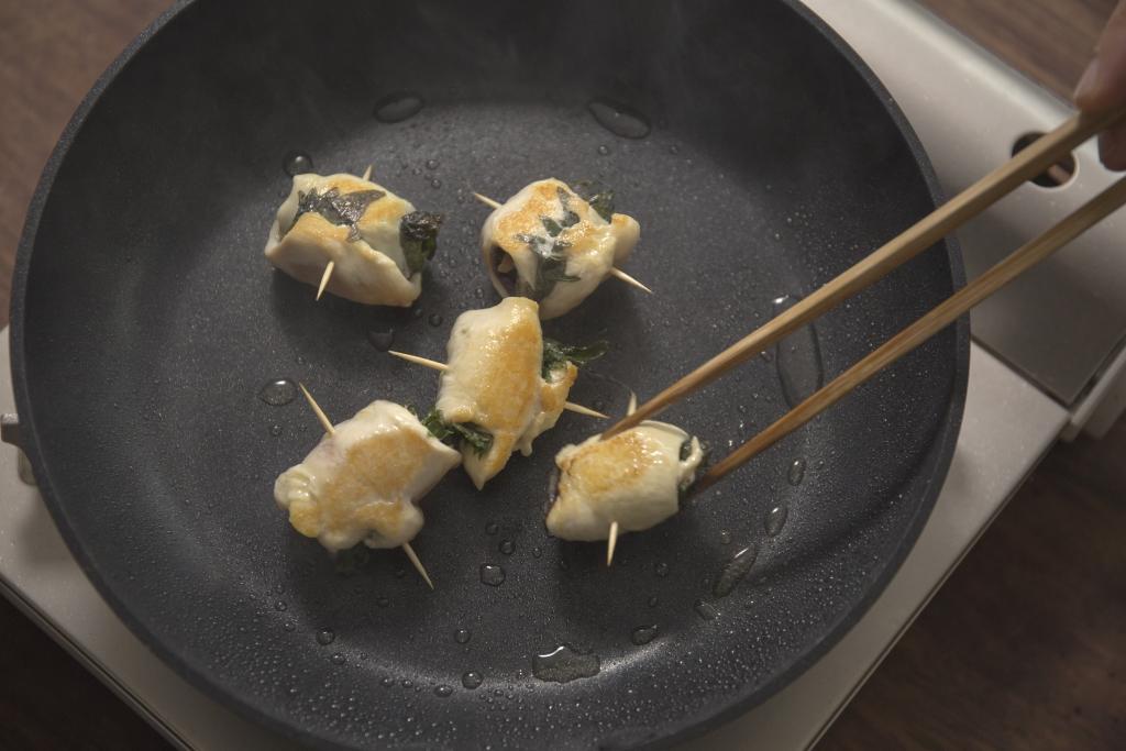 當紫蘇梅子雞肉卷煎至金黃,便可退走作串的牙籤。