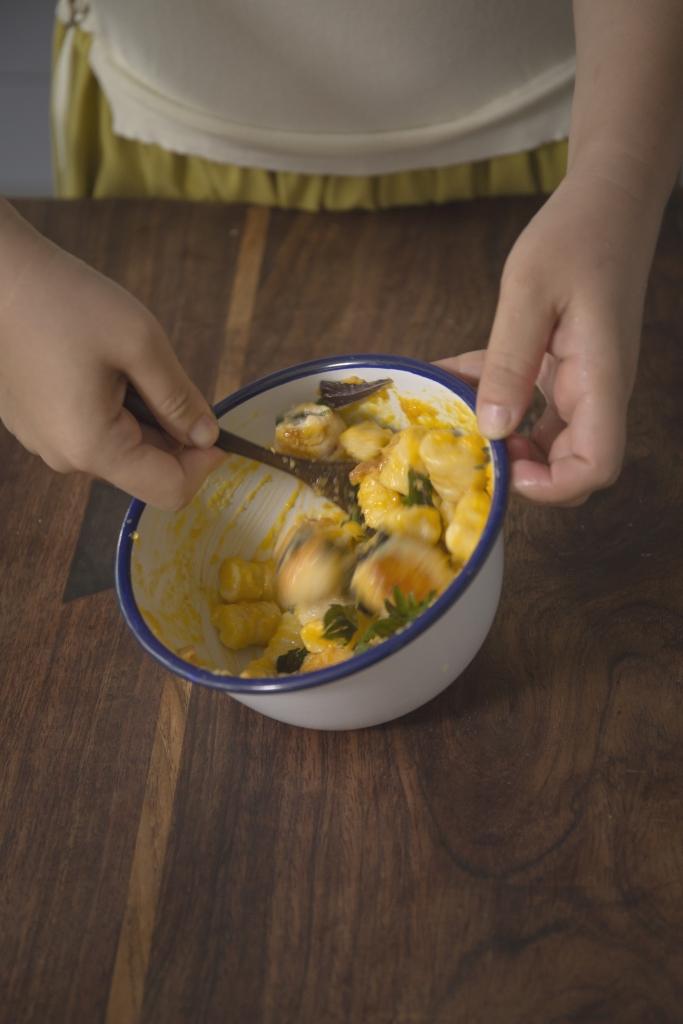 吃來帶有煙韌口感的薯仔麵糰,撈上巴馬臣芝士蛋黃醬汁,配合紫蘇梅子雞肉卷,讓人吃不停口。