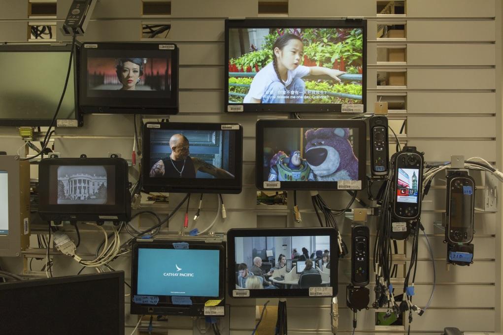 不同航機型號的機上娛樂系統都有分別,背後有賴工作人員監察電影格式是否能順利於各種機型播放,這房間就是Alvin平時工作的地方。