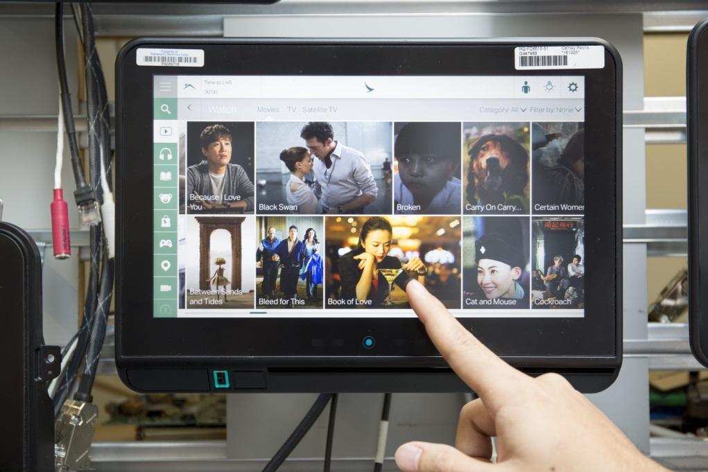 新一代的機上娛樂系統版面,用家以指尖掃掃就可挑選電影、快進劇情,比起以往要不斷按掣方便得多,更貼近一般人使用手機應用的習慣。