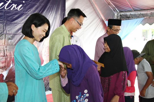 劉嘉美與凱倫一起參加馬來西亞的開齋節。