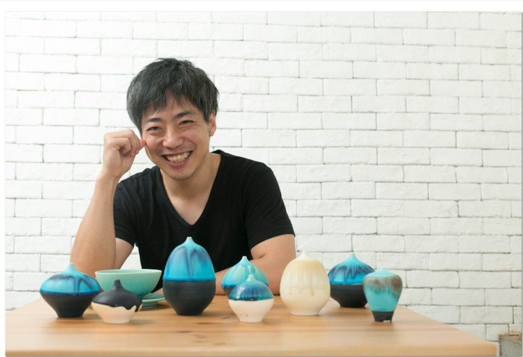 大阪陶藝家和田山真央一頭短髮卻摻雜了幾許白髮,是一個勤奮且愛笑之人。