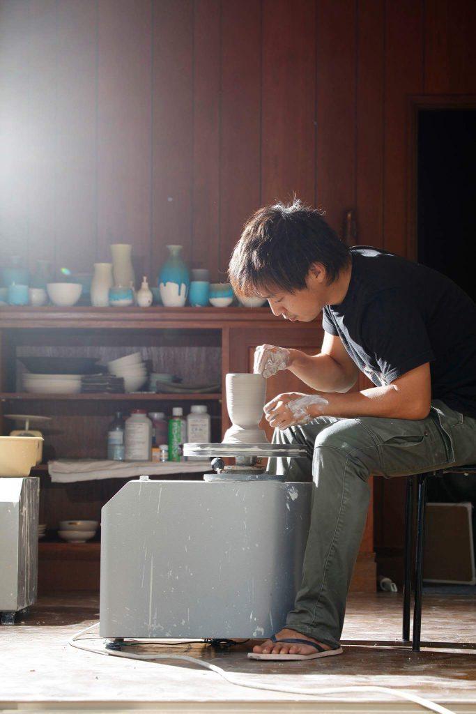 整天埋首工作,自稱陶藝中毒者。