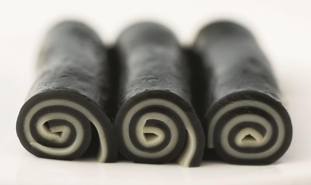 黑芝麻卷 // 一層黑(芝麻) 一層白(忌廉奶)不僅顏色悅目,也在味覺上顯出層次。 ($42)