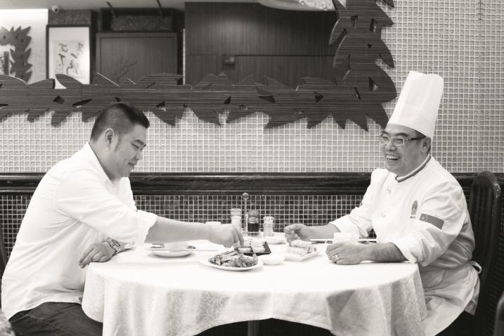 林澄光與忠哥同為架己冷,閒來相聚,邊嗒功夫茶邊吃潮式甜點。